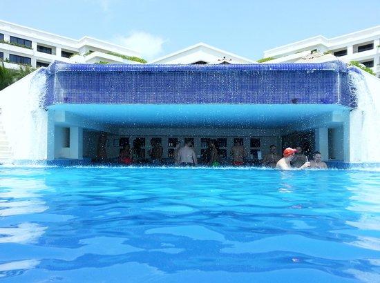 Grand Oasis Sens: The pool bar