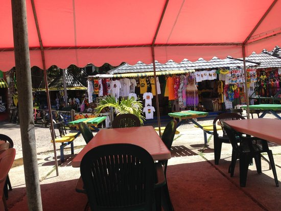 Dunn's River Falls and Park: market at the top of the falls