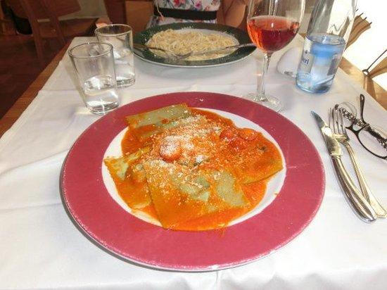 La Locanda: Ravioli ricotta e spinaci , salsa al pomodoro e basilico