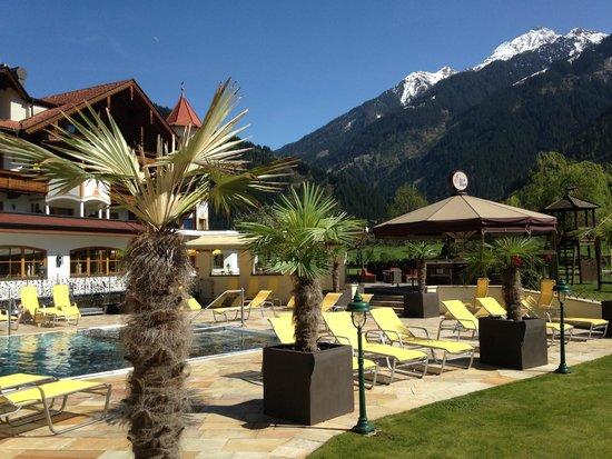 Hotel Edenlehen: outdoor pool area