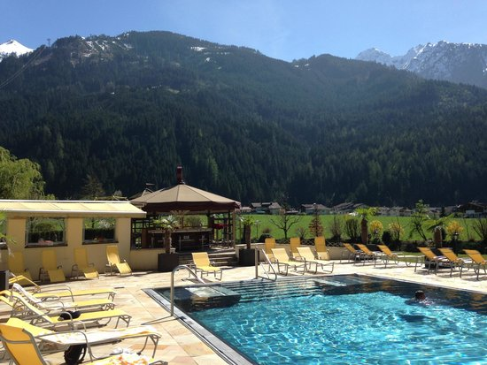 Hotel Edenlehen: outdoor pool area