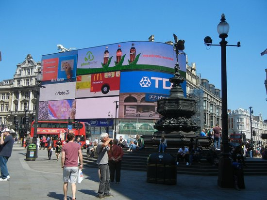 Piccadilly Circus : Vid screens, red buses and the Angel of Christian Charity