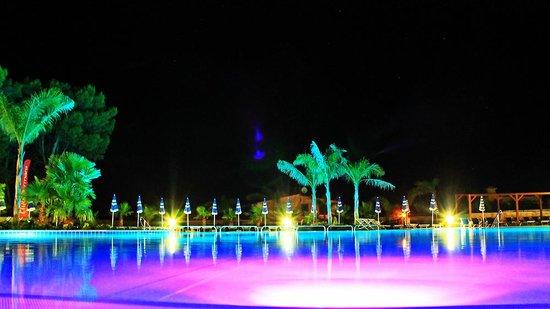 L'Oasi Di Selinunte - Club Marmara Sicilia : Piscine (la nuit)