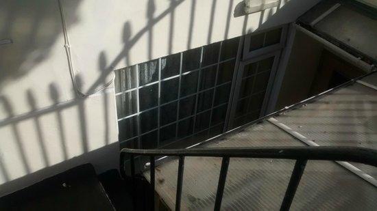 Colliers Hotel : Dalla strada, la nostra finestra