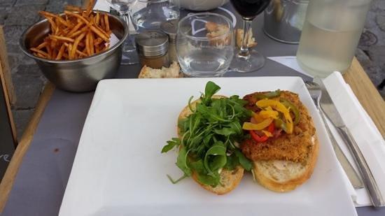 Prao Saint-Nicolas : Burger de poulet fermier au vieux comté, chips de bacon, pommes pailles maison.