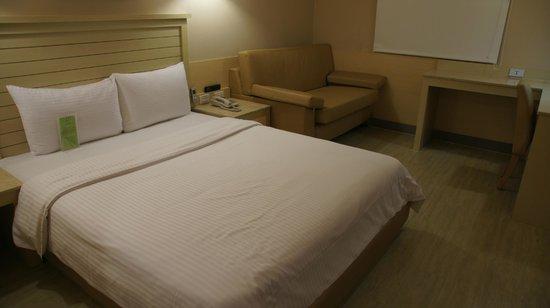 Kindness Hotel Jhong Jheng : 商務間一角,有小沙發和書桌