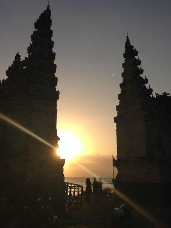 Pullman Bali Legian Nirwana: Entrée de la plage, devant l'hôtel