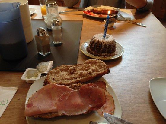 Alpenperle Apart-Garni: Frühstück mit Geburtstagskuchen :-)