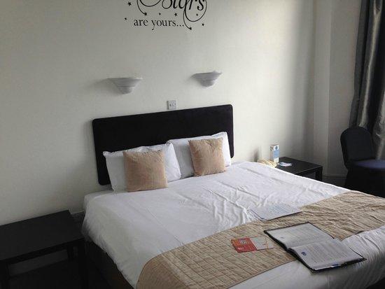 Umi Brighton Hotel: bed