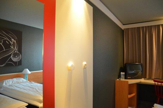 Hotel ibis Wien Mariahilf: Mirror inside room