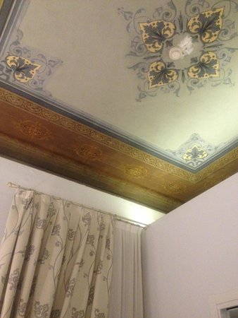 Hotel Ferrucci: cielling needed painting