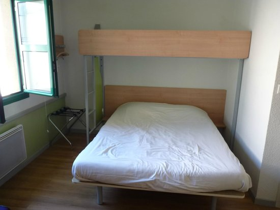 Ibis Budget Laon: Double bed with overhead bunk bed