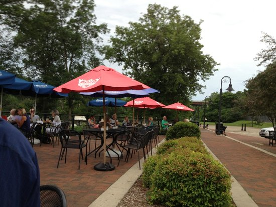 Fratello's Riverfront Restaurant: Dining on the outside patio next to the river