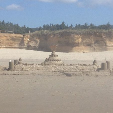 Deane's Oceanfront Lodge: Sand castle made at deanes