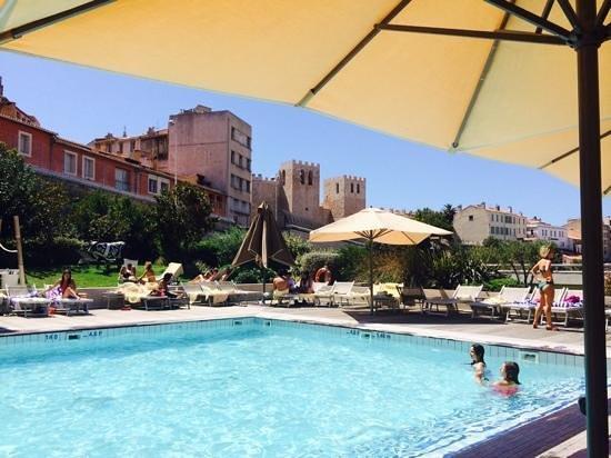 Radisson Blu Hotel, Marseille Vieux Port: Un Drink au bord de la piscine?