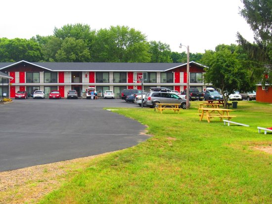 All Star Inn & Suites : Our picnic area behind the Game Room