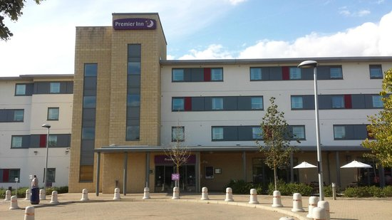 Premier Inn Rochester Hotel: Outside Main Entrance