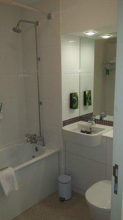 Premier Inn Rochester Hotel: Bathroom