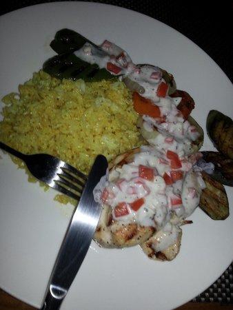 The Verandah Restaurant : pechuga de pollo braseado con salsa de yogurt y vegetales.