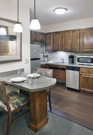 Staybridge Suites Omaha 80th & Dodge: Kitchen