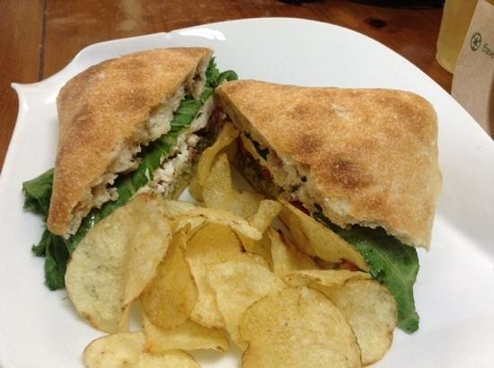 Red Cup Cafe and Deli: goat cheese and fresh spinach
