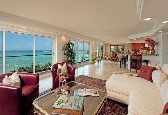 Aston Waikiki Beachside Hotel: Royal Kai Lani Suite Living Room With Kitchen