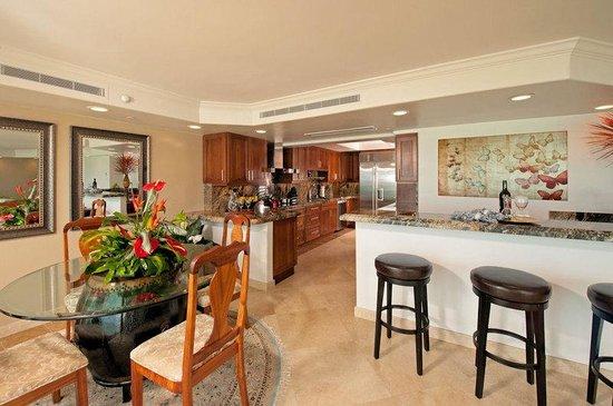 Aston Waikiki Beachside Hotel: Royal Kai Lani Suite Kitchen