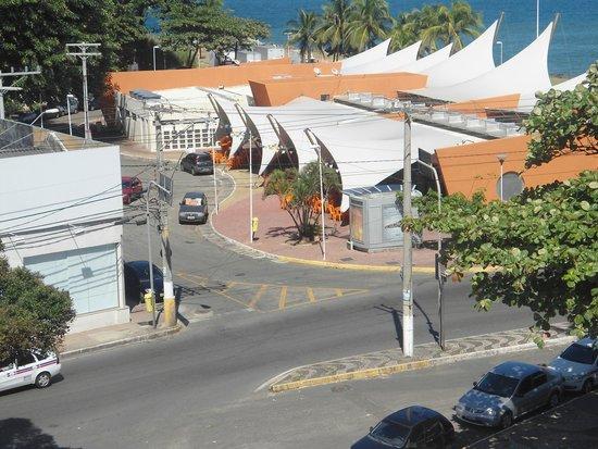 Bahia Park Hotel : vista do mercadão de peixes ao lado do hotel