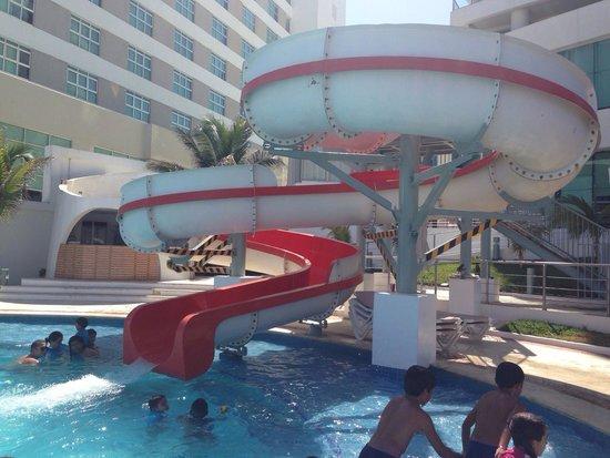 Beach Palace: Tobogán de la piscina
