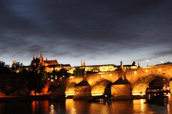 Puente de Carlos: вид на старую Прагу (Карлов мост) с реки