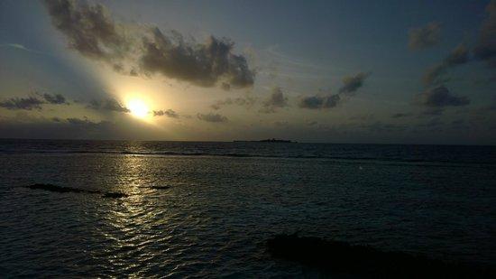 Vakarufalhi Island Resort: Sunset view from room