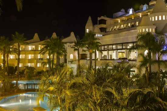 H10 Estepona Palace: Photo de nuit