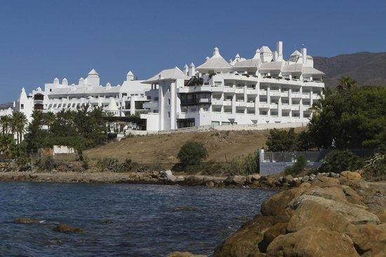 H10 Estepona Palace: Plage et hôtel