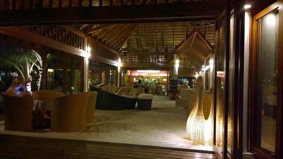 Vakarufalhi Island Resort: Chill out area where you can have drinks