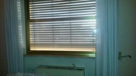 Hotel President: condizionatore che rinfresca ben poco sotto la finestra