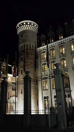 Hotel Dukes' Palace Bruges: Tower at night