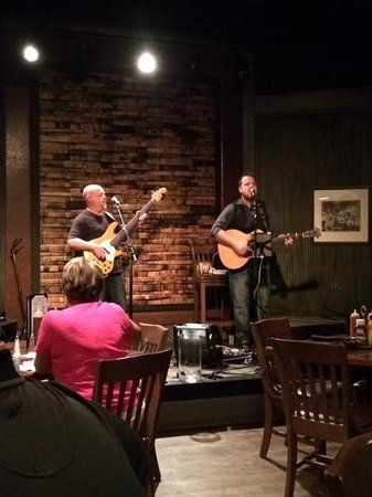 Gaylord Opryland Resort & Convention Center : Matt McAtee and Steve Forrest performing at the Jack Daniels.