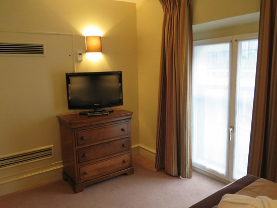 Saint James Albany Hotel-Spa : The TV at the foot of the bed