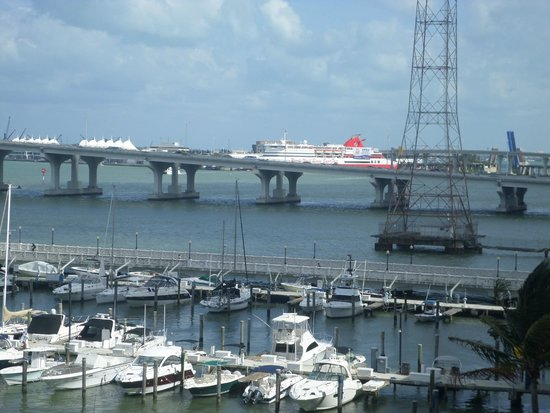 Doubletree by Hilton Grand Hotel Biscayne Bay : Cruise port in the distance