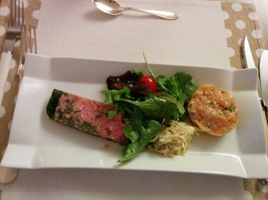 Le Clos des 4 Saisons : Ham parsley terrine, salmon tartare and baby leave salad