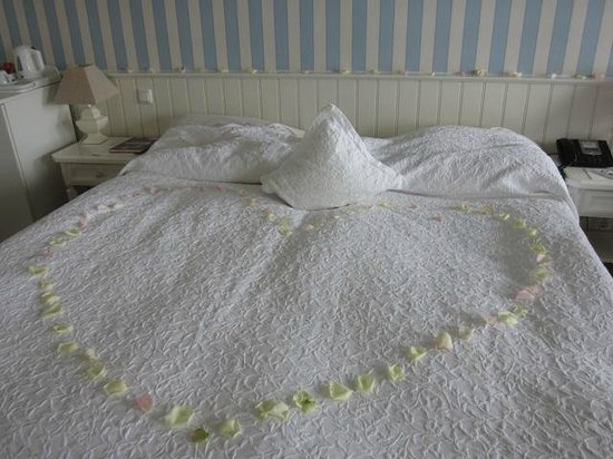 Strandhotel Glucksburg: Room 322 - Rose petals on the bed