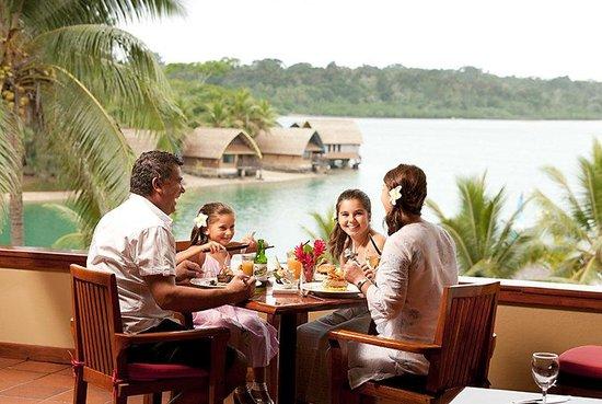 Holiday Inn Resort Vanuatu: Enjoy expansive views across the lagoon while you dine