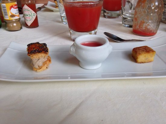 La fleur de Sel : Amuse bouche Gaspacho de pastèque Polenta orientale Feuilleté de foie de volaille  Génial!