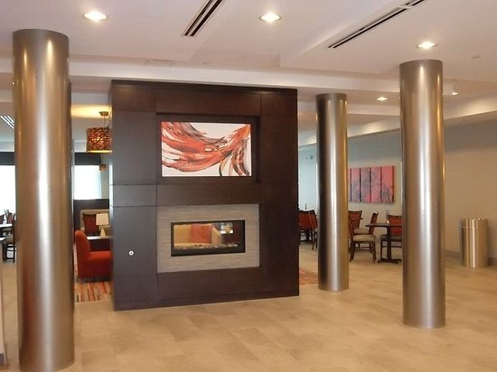 Holiday Inn Express Hotel & Suites Columbus - Easton: Stanless Steel columns and fireplace in the hotel lobby