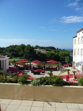Dolce Fregate Provence: Le bar devant l'entrée de l'hôtel