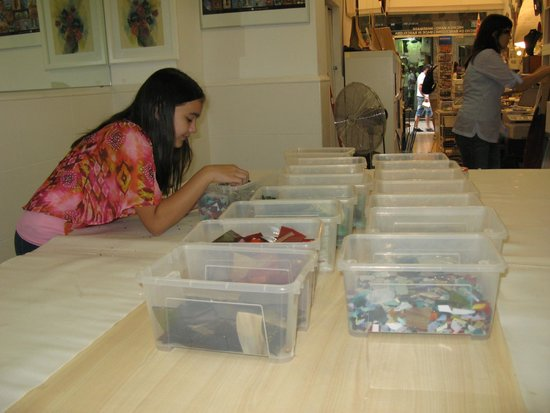 Mosaiccos: Chiara picking out her glass pieces