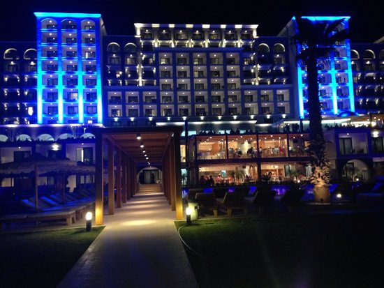 Mitsis Alila Resort & Spa : The hotel in the evening