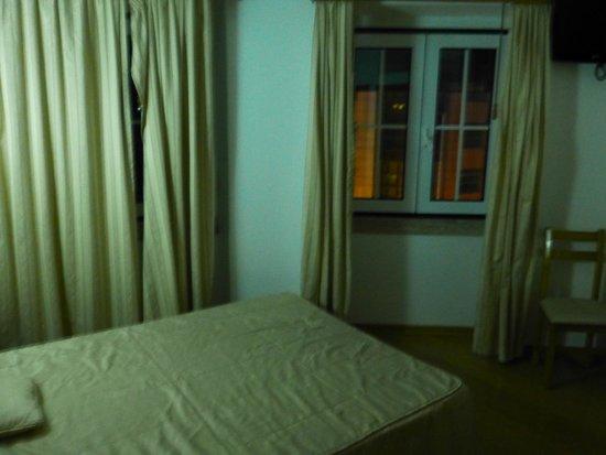 Residencia Alicante: chambre avec lumière blafarde et rideau décroché