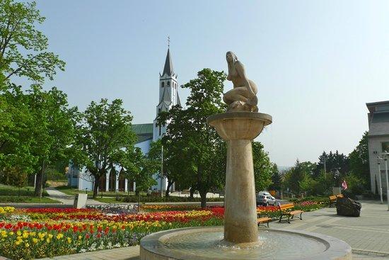 Thermal Lake of Hévíz: Фонтан Русалка на центральной площади, в сочетании с церковью, школой, администрацией. Очень мил