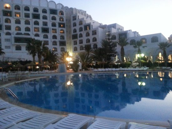 Marhaba Palace Hotel : the pool in the evening